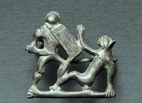 Ezüst ruhakapcsoló tű: gladiátorok párharca, Kr. u. 2–3. század